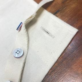 détail boutons tablier  écru  fabriqué et tissé en France pur coton
