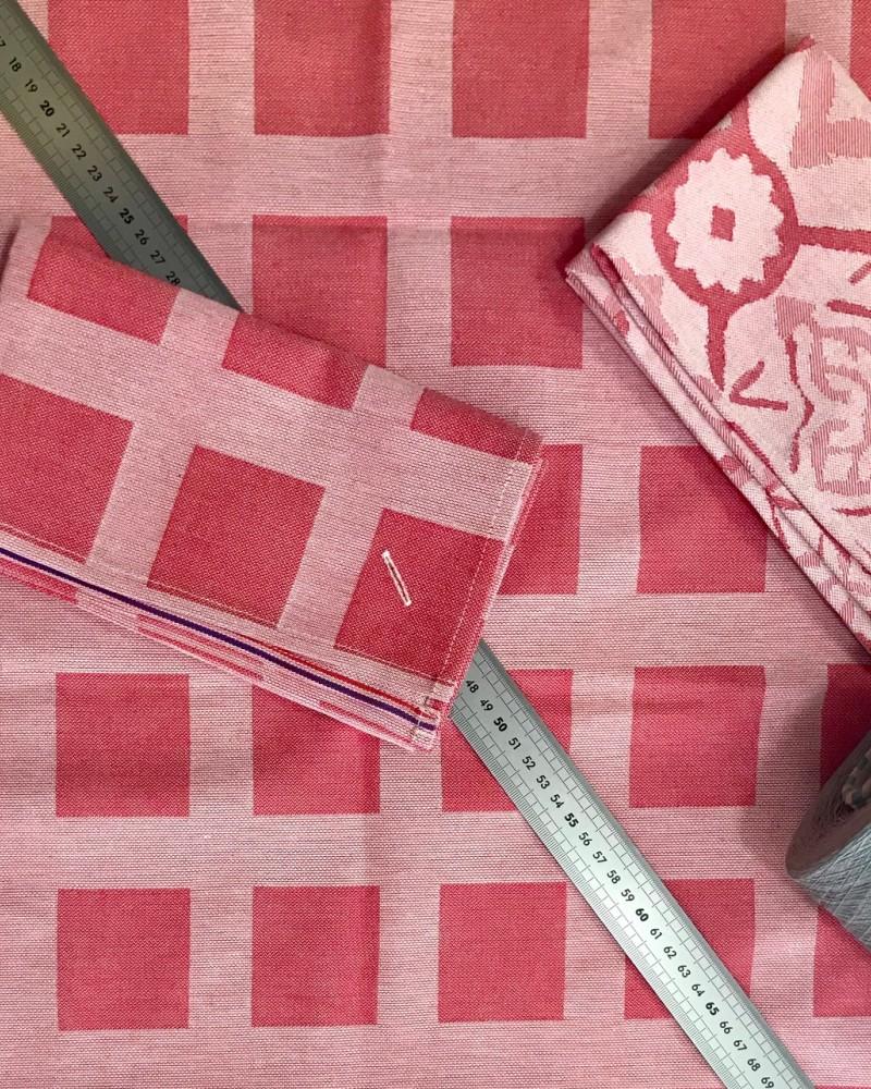 fraise TISSE ET FABRIQUE EN FRANCE ici nappe et serviette raviole fraise et serviette carreaux ciment fraise.