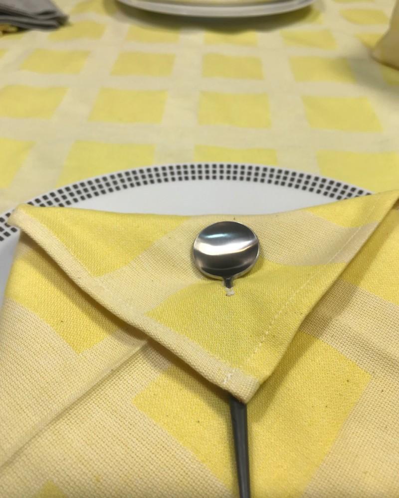 citron TISSE ET FABRIQUE EN FRANCE et ici avec serviette pliée enveloppe carreaux ciment citron