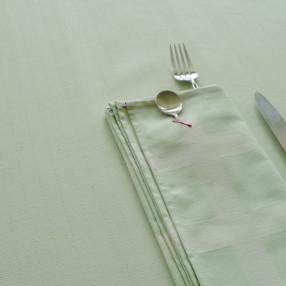 chevron poule au  pot vert amande ici avec serviette raviole vert amande tissé et  fabriqué en France