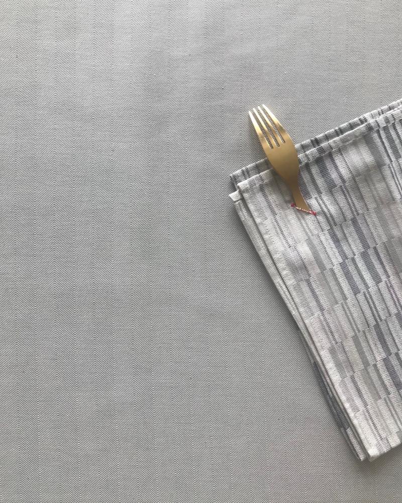 chevron gris perle tissé et fabriqué en France ici avec  serviette brouillade