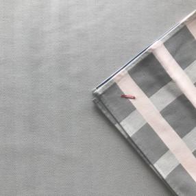 chevron gris perle  tissé et fabriqué en France ici avec serviette raviole gris perle et rose poudre